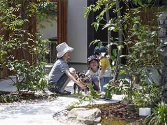 家族と庭のイメージ